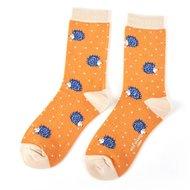 bamboe-sokken-in-mosterd-kleur-met-egeltjes